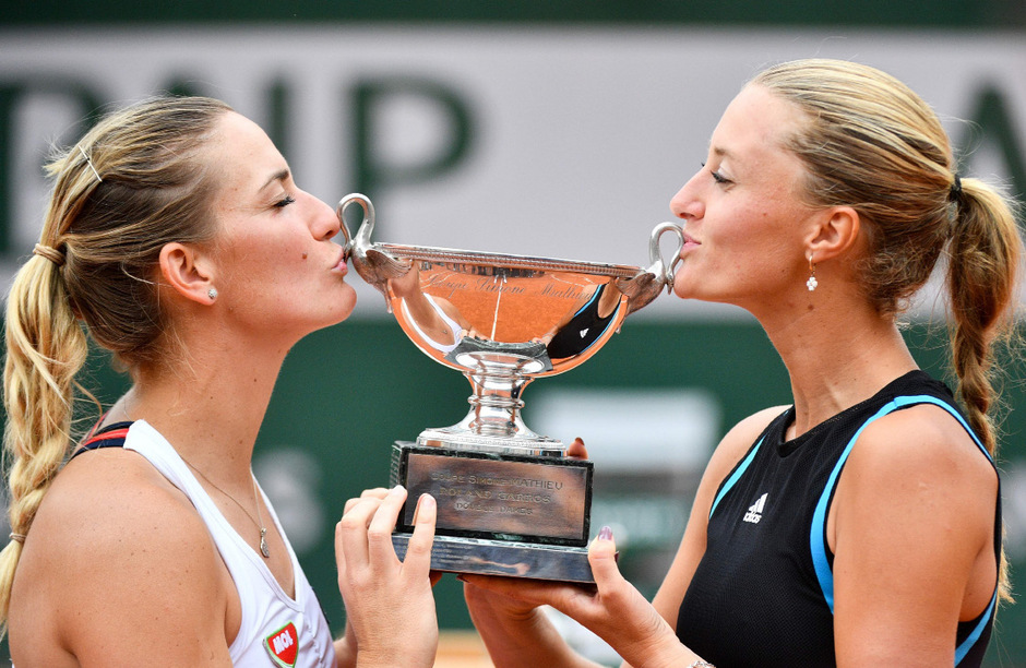Timea Babos (links) und Kristina Mladenovic mit dem Siegerpokal in Paris.