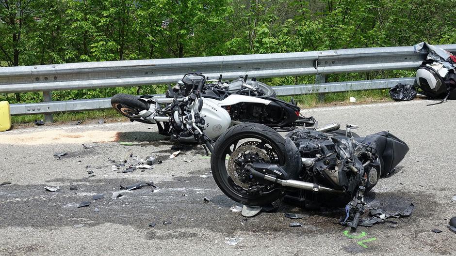 Eines der Motorräder fing Feuer.