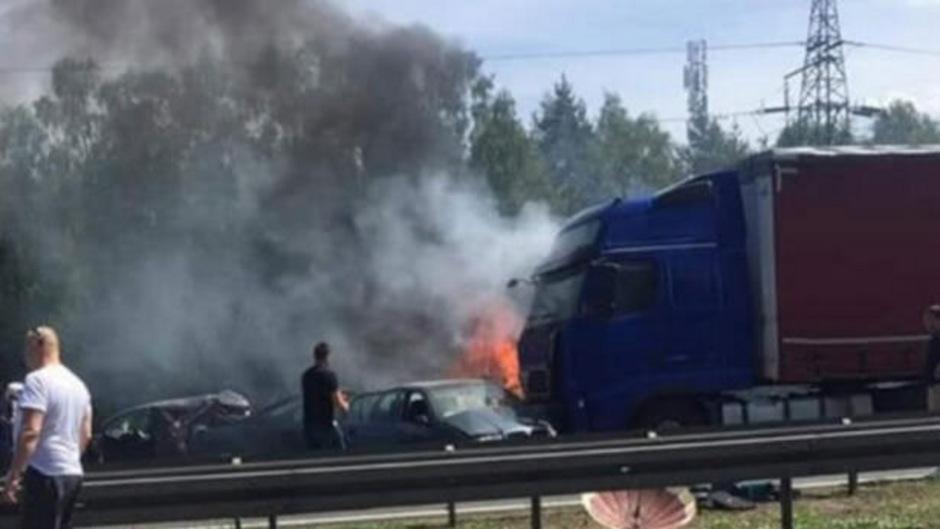 Wie die polnische Straßenverkehrsbehörde auf Twitter mitteilt, ist die Autobahn voraussichtlich noch bis mindestens 19.30 Uhr gesperrt.