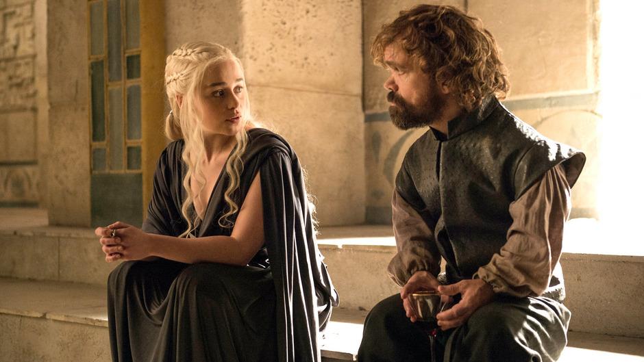 """""""Game Of Thrones"""": Daenerys (Emilia Clark) im Gespräch mit Tyrion (Peter Dinklage)."""