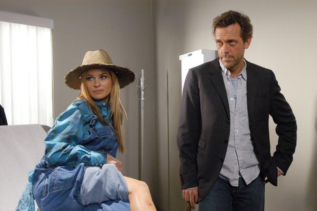 Dr. House (Hugh Laurie) berichtet einer Gruppe junger Medizinstudenten von seiner prominenten Patientin Carmen Electra (spielt sich selbst), die ihn mit Schmerzen in den Beinen aufgesucht hat.