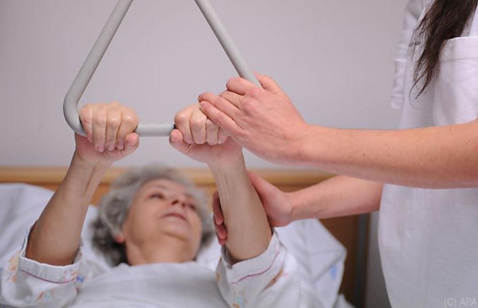 Die Betreuung von alten und pflegebedürftigen Menschen ist eine zentrale Herausforderung für die Gesundheits- und Sozialpolitik.