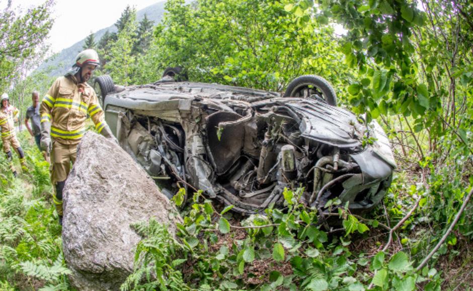 Ein Auto kam völlig zerstört in einem angrenzenden Waldstück zum Stillstand.