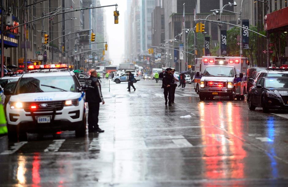 Einsatzkräfte vor Ort nach dem Unglück in der Seventh Street in Manhattan.