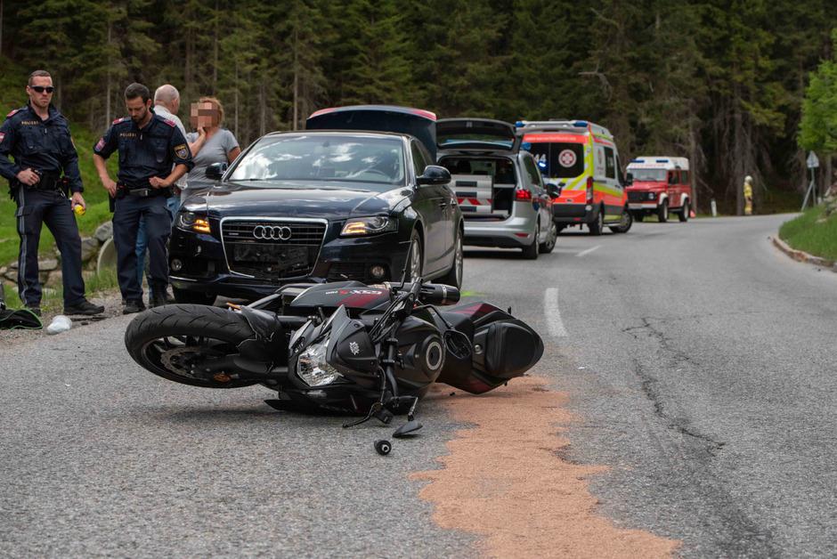 Der Motorradfahrer war aus unbekannter Ursache auf die Gegenfahrbahn geraten.