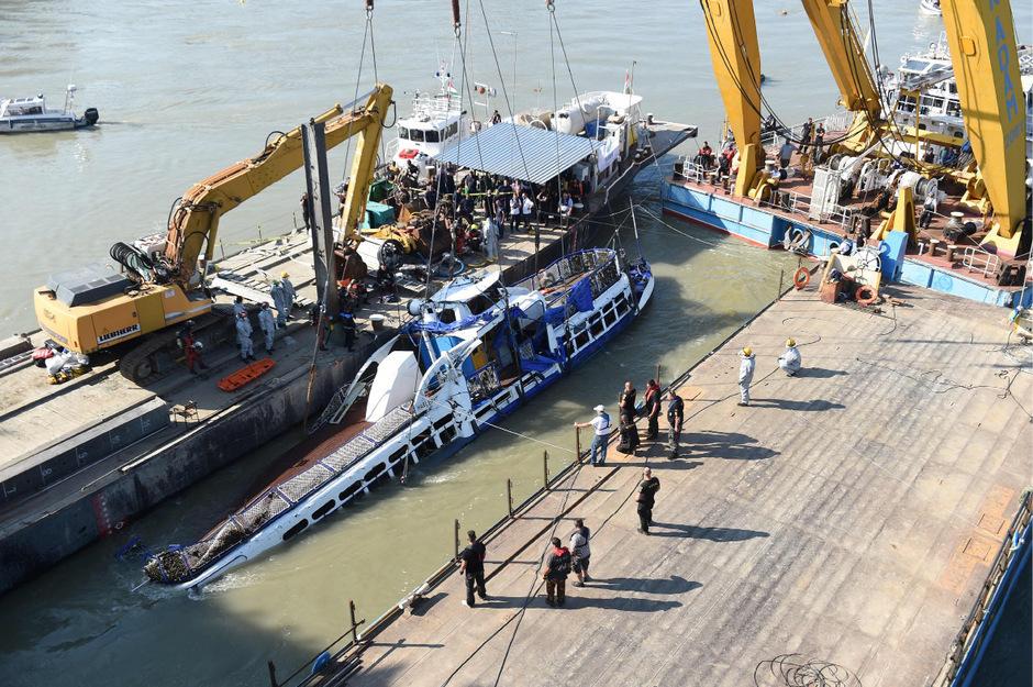 Ein Kran zog das verunglückte Schiff an die Wasseroberfläche. Dort wurde es von den Einsatzkräften inspiziert.