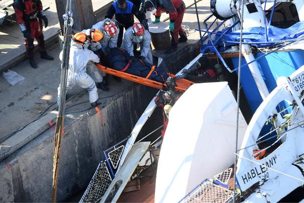 Aus dem Wrack des gesunkenen Schiffs wurden am Dienstag vier Leichen geborgen.