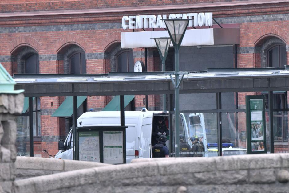 Ein Polizeifahrzeug vor dem Bahnhof von Malmö. In der Nacht kam es unter anderem im Zentrum der schwedischen Stadt zu einer Detonation.
