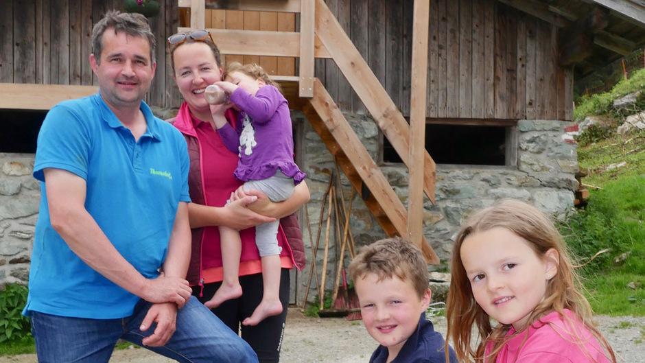 Die Familie Hörbiger vor der Wirt-Alm im Spertental.