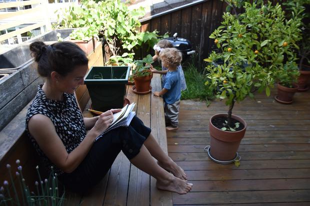 In einem kleinen Notizbuch schreibt Daniela Eisner ihre Liedtexte nieder.