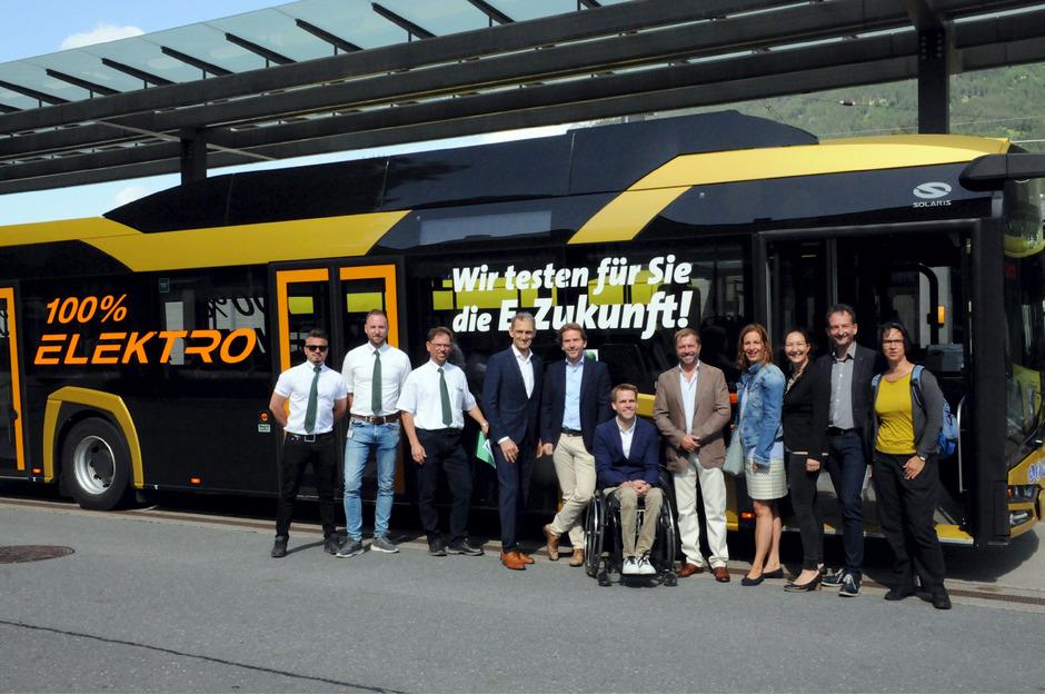 Vertreter der Stadtgemeinde, der Stadtwerke und der Firma Ledermair trafen sich gestern beim Testbetrieb-Start für den Elektrobus.