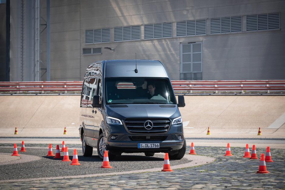 Wieselflink und präzise kann der neue Mercedes Sprinter spuren. Eine Schar von Helferlein unterstützt dabei.