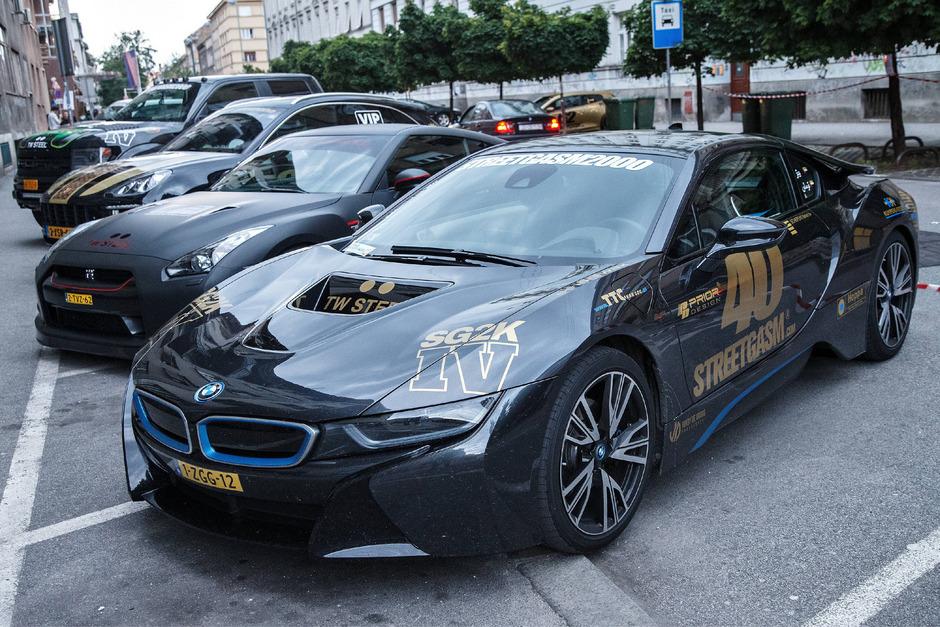 """Nobelhobel-Parade: die Fahrzeuge einiger Teilnehmer der """"StreetGasm2000"""" 2015 in Zagreb. Heuer führte die Route durch Tirol."""