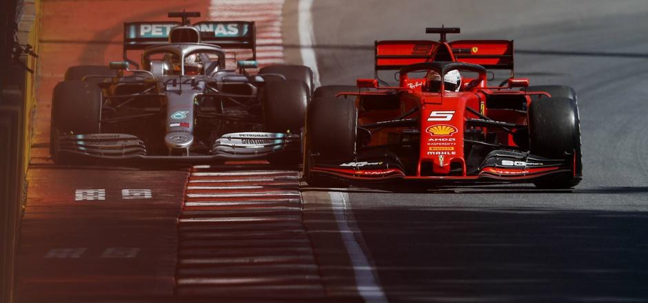 Der Moment, der beim Kanada-Grand-Prix alles veränderte: Runde 48, Sebastian Vettel (GER/r.) pilotiert seinen Ferrari zurück auf die Strecke, während Weltmeister Lewis Hamilton (GBR) heranrast.