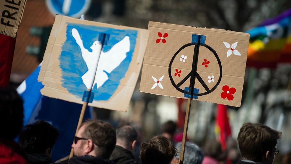 Erstmals seit 2013 leben die Menschen in einer etwas friedlicheren Welt.