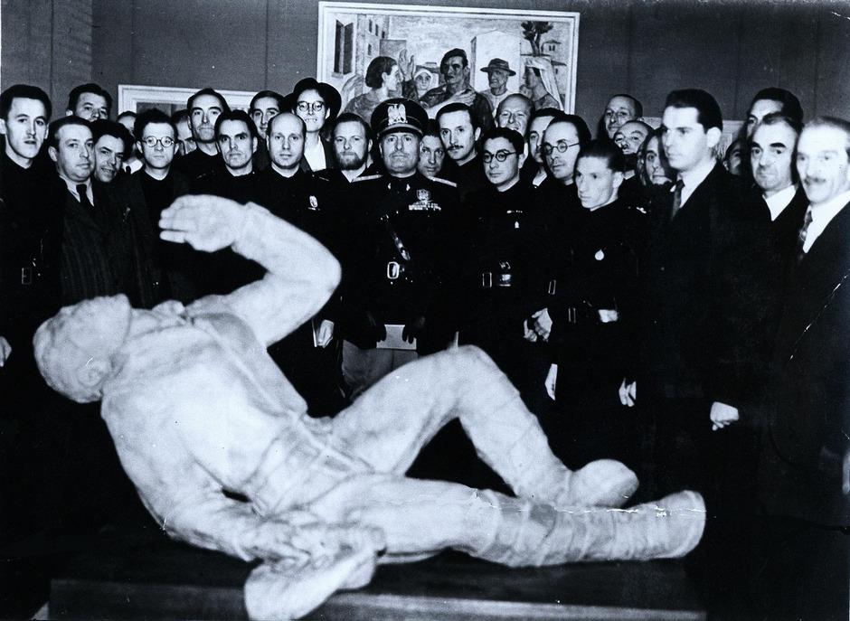 Auf der Bozner Syndikatsausstellung 1938: Dem Besuch des Duce schließen sich Südtiroler Künstler wie Franz Lenhart, Hans Piffrader oder Mili Schmalzl an.