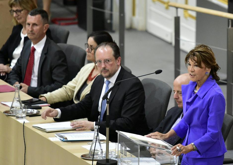 """Brigitte Bierlein, die erste Frau an der Spitze einer österreichischen Regierung, stellt sich und ihre zwölf Minister den 183 Nationalratsabgeordneten vor: """"Wir dienen in erster Linie den Menschen in diesem Land."""""""