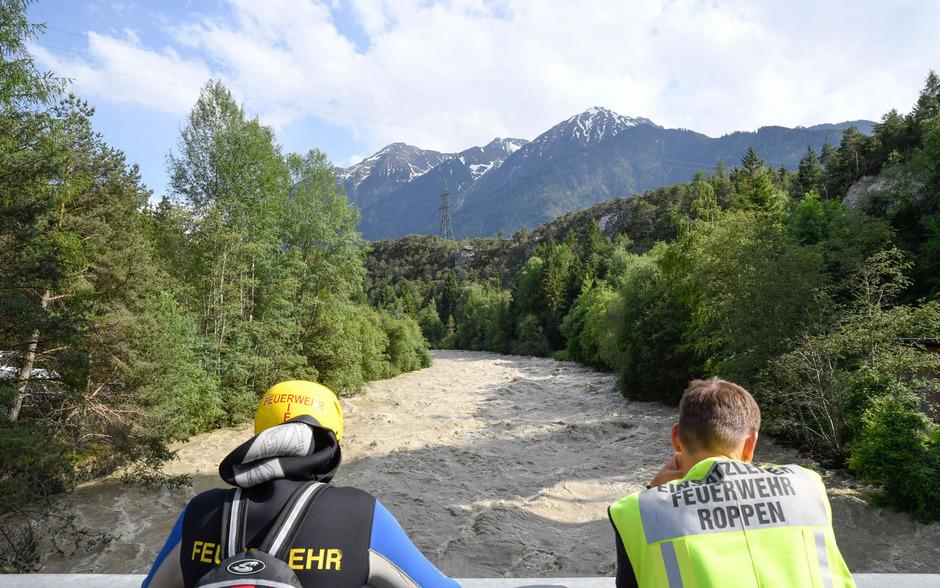 Feuerwehr, Wasserrettung und Rotes Kreuz suchen nach einem in die Ötztaler Ache gestürzten Radfahrer.