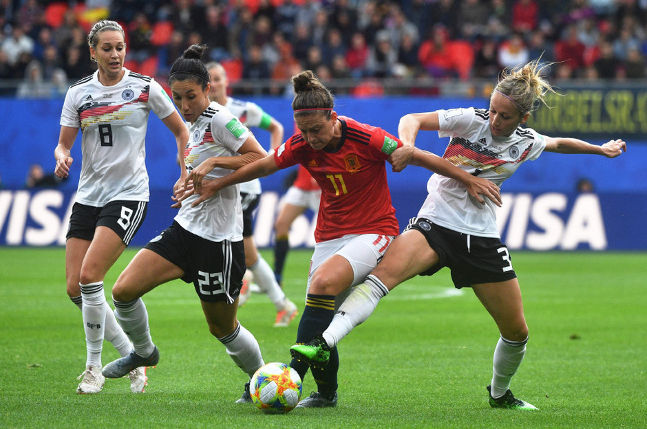 Die Spanierin Alexia Putellas im Kampf mit den Deutschen Spielerinnen Kathrin Hendrich (r.) und  Sara Doorsoun (2. v. l.).