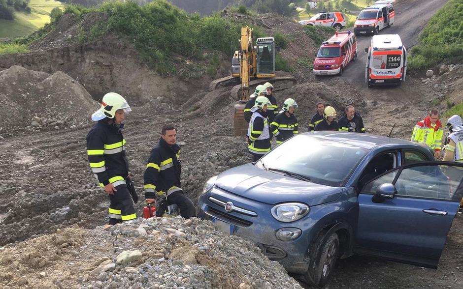 Der Pkw rollte über eine Wiese und stürzte auf einen Schotterweg in einer Aushubdeponie.