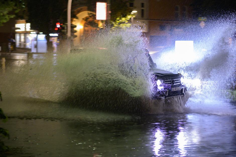 Ein Pkw nach einem Gewitter mit heftigem Regen am Mittwochabend in der überfluteten Breiten Straße in Berlin-Schmargendorf.