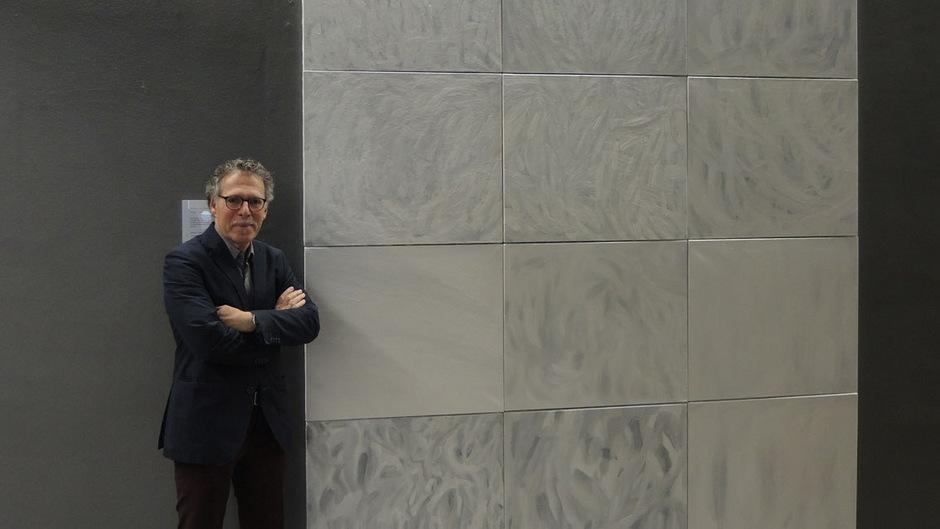 """Der Imster Künstler Elmar Peintner vermachte sein großformatiges Werk """"Wie Schnee"""" dem Alpinarium. Dort dient es als Blickfang im Foyer."""