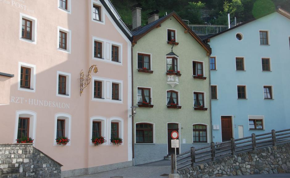 Die Häuserzeile mit dem ehemaligen Gasthof Post (l.) bildet ein historisches Ensemble im Sannadorf.