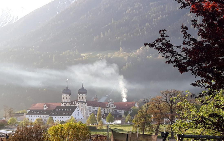 Dieses Foto zeigt die Rauchschwaden des sanierungsbedürftigen Heizwerks, welches sich hinter dem Kloster in Stams befindet und am 1. Mai 2019 von GR Peter Thaler fotografiert wurde.