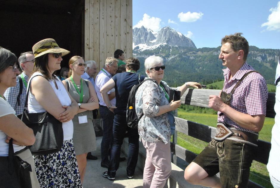 Werner Hofer mit Besuchern bei der Besichtigung des Hofes.