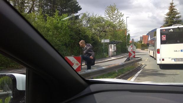 Nach dem Aussteigen müssen Passagiere die Fahrbahn queren oder über die Leitplanke klettern.