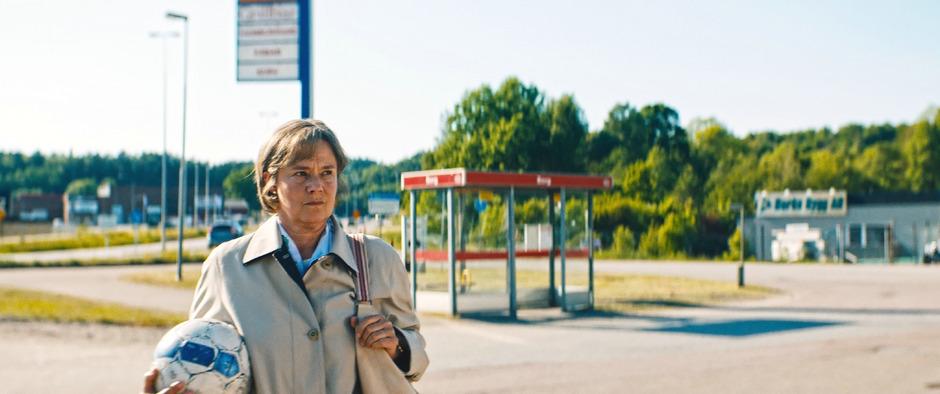 Der Film zur Fußball-WM: Pernilla August landet als Britt-Marie in der trostlosen Provinz Schwedens.