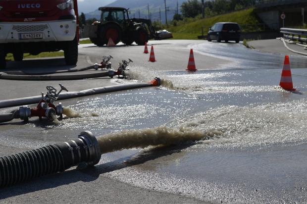 Die Feuerwehren pumpten gestern Tausende Liter Wasser aus Kellern und Feldern.