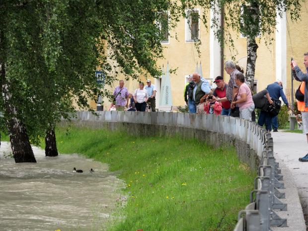 In Rattenberg lockte das Hochwasser zahlreiche Schaulustige an.