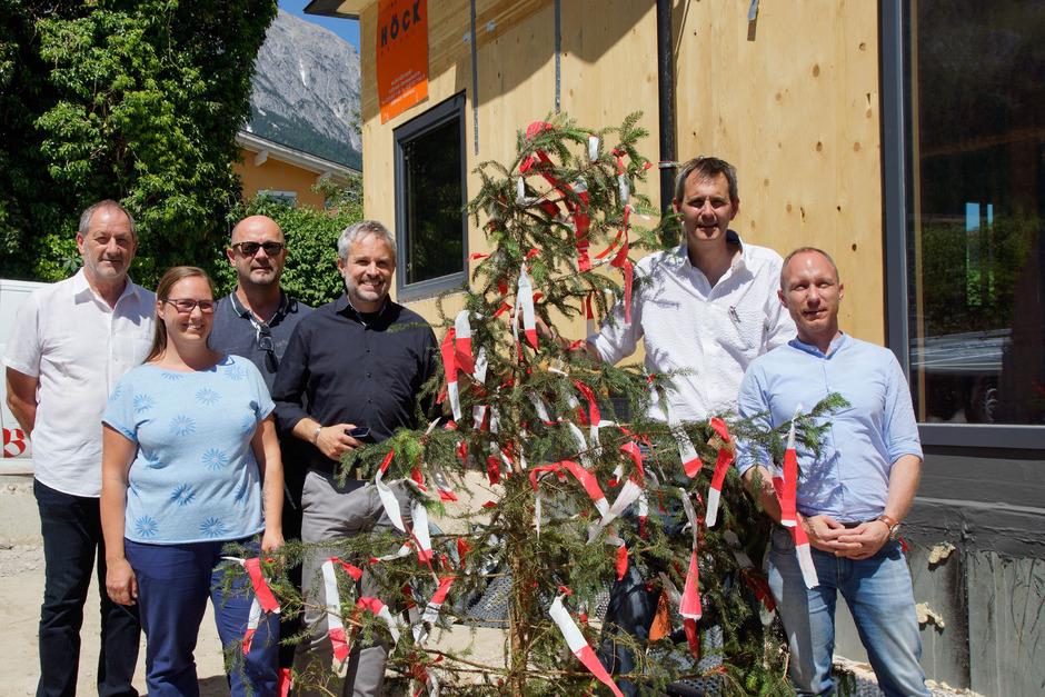 """Freuen sich über das Projekt (v.l.): GR Gerd Jenewein, Michaela Aufderklamm (Sozialpädagogin """"Tipi""""), Architekt Wolfgang Stöger, Wolfgang Katsch (Geschäftsleiter SOS-Kinderdorf), Wolfram Brugger (SOS-Kinderdorf-Leiter) und LA Georg Kaltschmid."""