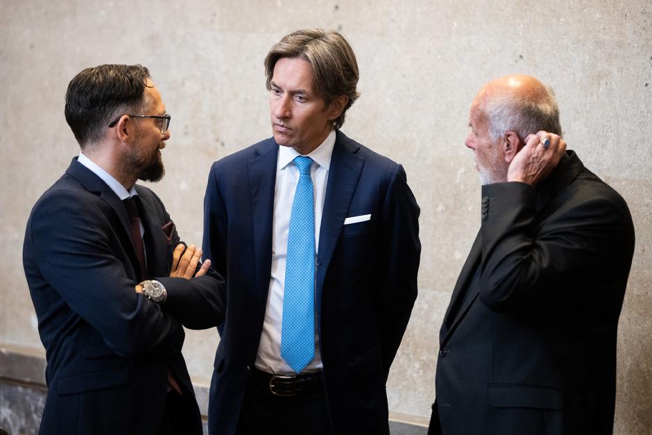 Anwalt Norbert Wess, Angeklagter Karl Heinz Grasser und Anwalt Manfred Ainedter vor Beginn des Strafprozesses.