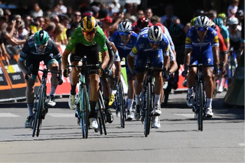 Der 24-jährige Belgier Wout van Aert  gewann auf dem fünften Tagesabschnitt nach 201 Kilometern im Sprint vor dem Iren Sam Bennett und Julian Alaphilippe aus Frankreich.