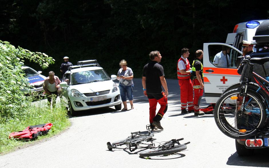 Einsatzkräfte an der Unfallstelle auf der Fügenberg-Straße.