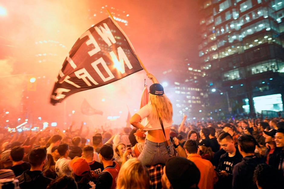 Tausende Raptors-Fans machten in Toronto die Nacht zum Tag.