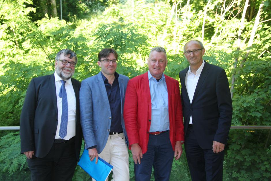 Die Studiengangsleiter Gottfried Tappeiner (l.) und Peter Heimerl (2.v.r.) begrüßten Landtagsvizepräsident Toni Mattle (r.) und Dekan Markus Walzl beim Sommerfest des Bachelorstudiums in Landeck.