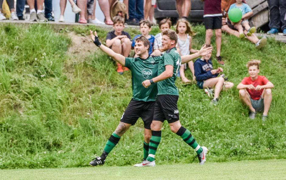 Nico Grüblbauer und Daniel Ellinger feierten in Tulfes den Gebietsliga-Meistertitel des SC Münster.