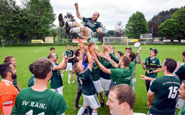 Die Weerberger Kicker ließen nach dem 2:1-Sieg in Wildschönau Torschütze David Schweinberger hochleben.
