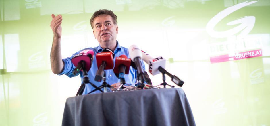 Bundessprecher Werner Kogler auf einer Pressekonferenz am Freitag.