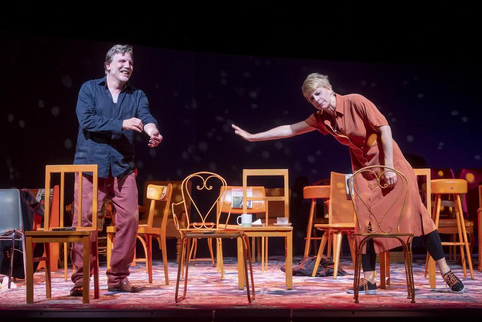 Reich mir die Hand, mein Leben. Mathilda (Antje Weiser) und Xaver (Jan-Hinnerk Arnke) auf Annäherungskurs.