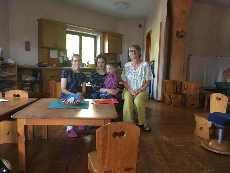 Die Waldorf-Pädagoginnen Daniela Rettenbacher (l.) und Monika Moser (r.) im Gespräch mit Mutter Miranda Netzer mit ihrem Sohn.