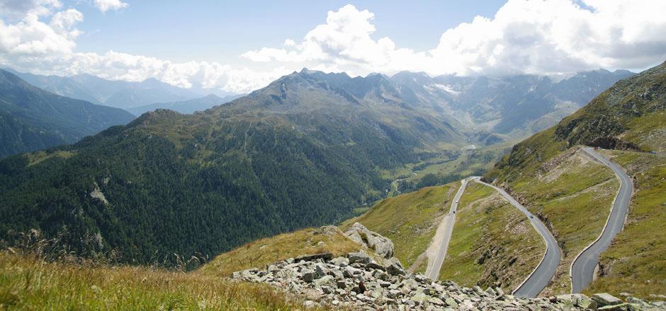 """Die """"heimliche Lücke in den Alpen"""" - wie das Timmelsjoch auch genannt wird - lädt Reisende zur entspannten Fahrt in den Süden ein."""