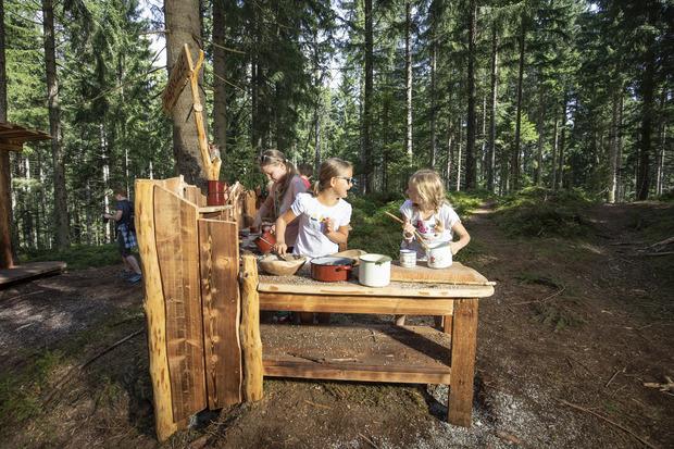 Entdecke und kreiere deine eigenen Rezepte in der Hexenküche im Juppi Zauberwald am Reither Kogel.