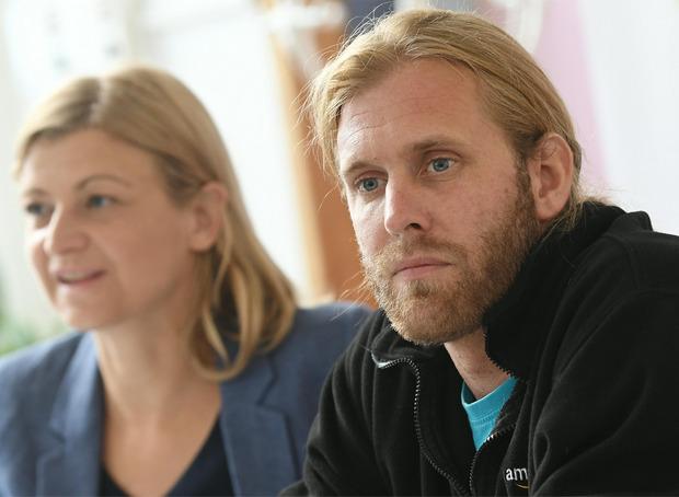 Die Vorsitzende der Privatangestellten-Gewerkschaft Barbara Teiber und Amazon-Mitarbeiter Maarten N.