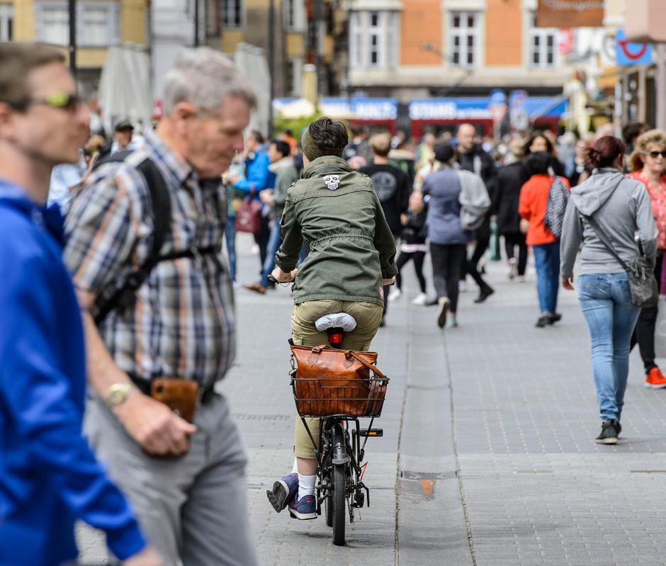 Das Radfahrverbot in der Innsbrucker Maria-Theresien-Straße wird von vielen nicht eingehalten.