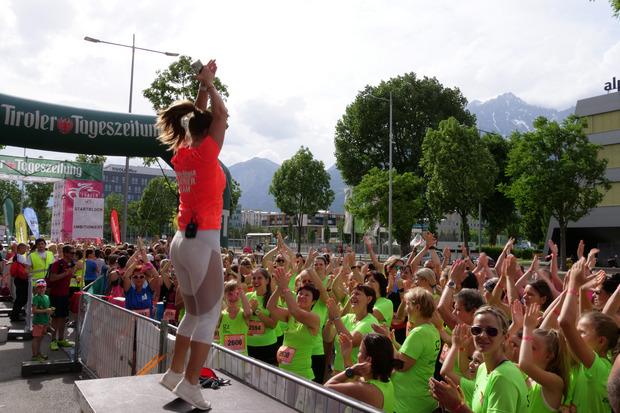 Mit dem gemeinsamen Aufwärmen wächst das Zusammengehörigkeitsgefühl der über 3000 Läuferinnen.