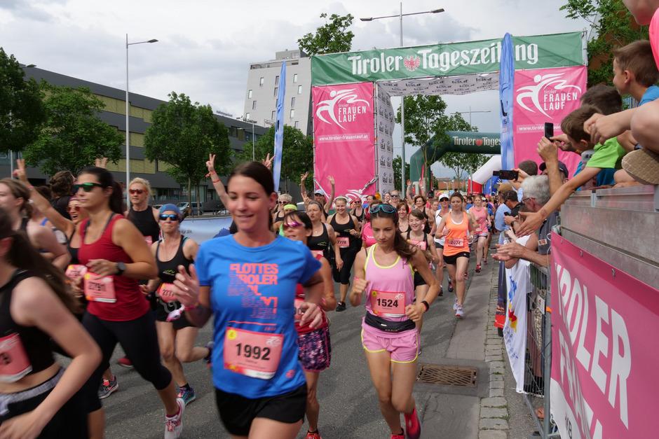 Flott und trotzdem lachend starteten am Samstag die Teilnehmerinnen beim 9. Tiroler Frauenlauf in Innsbruck.
